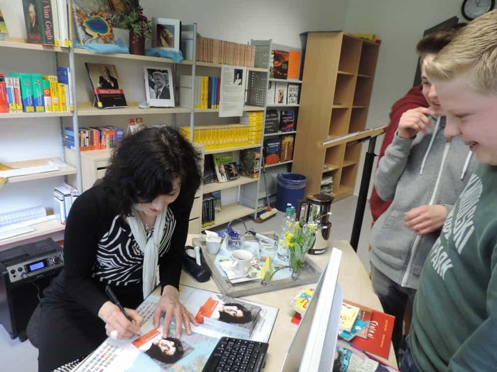 Autogrammstunde nach getaner Arbeit: Aygen-Sibel Celik in der Gesamtschule.