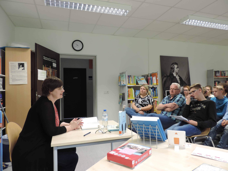Susann Kreller las mehrere Kapitel und beantwortete die zahlreichen Fragen der Achtklässler.
