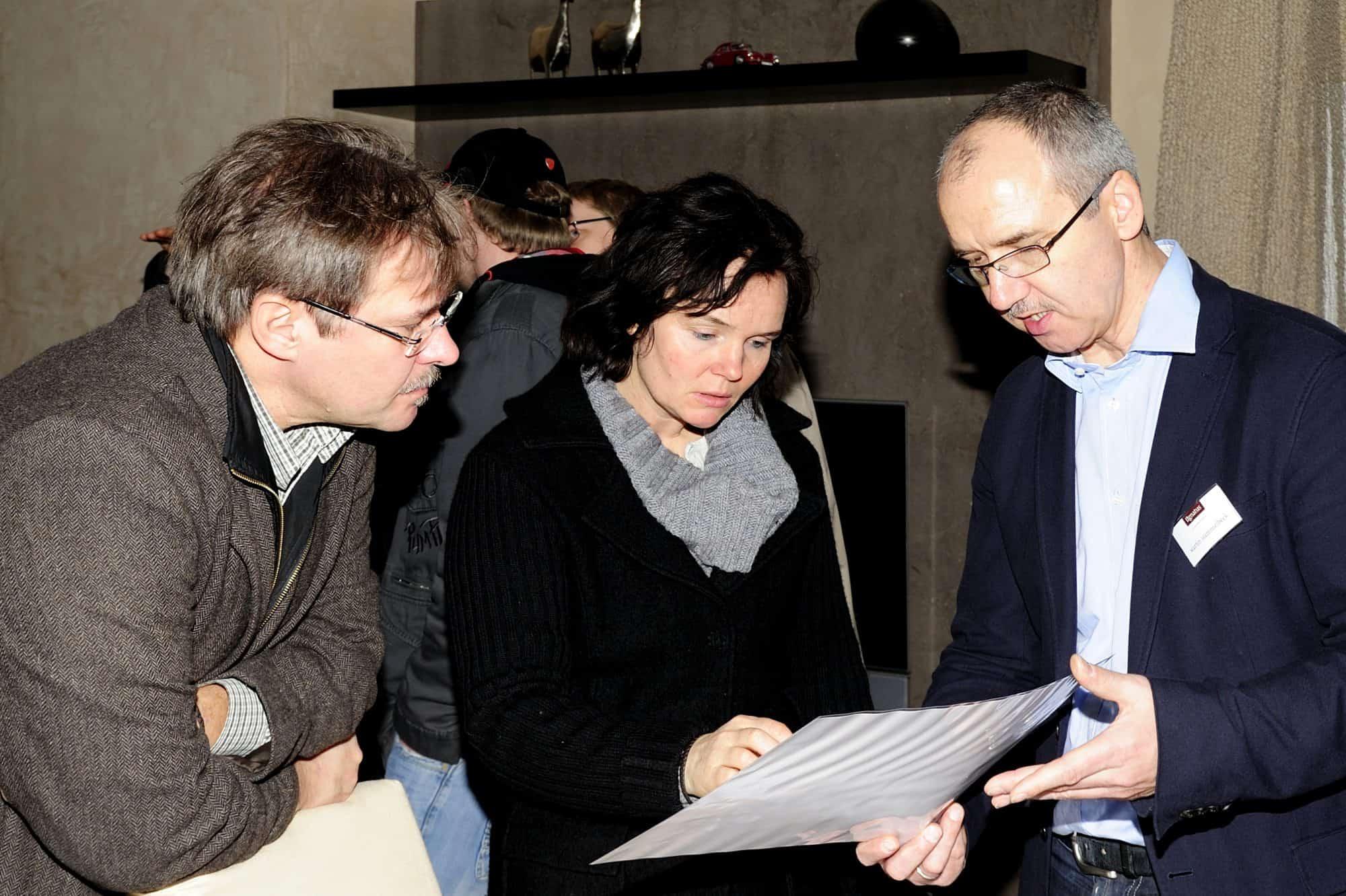 Martin Hammelbeck (rechts) im Gespräch mit Besuchern seiner Hausmesse.