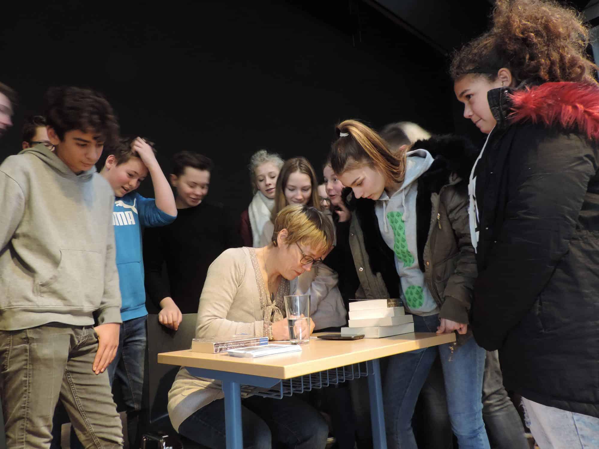 Gina Mayer: Autogrammstunde nach der Lesung.