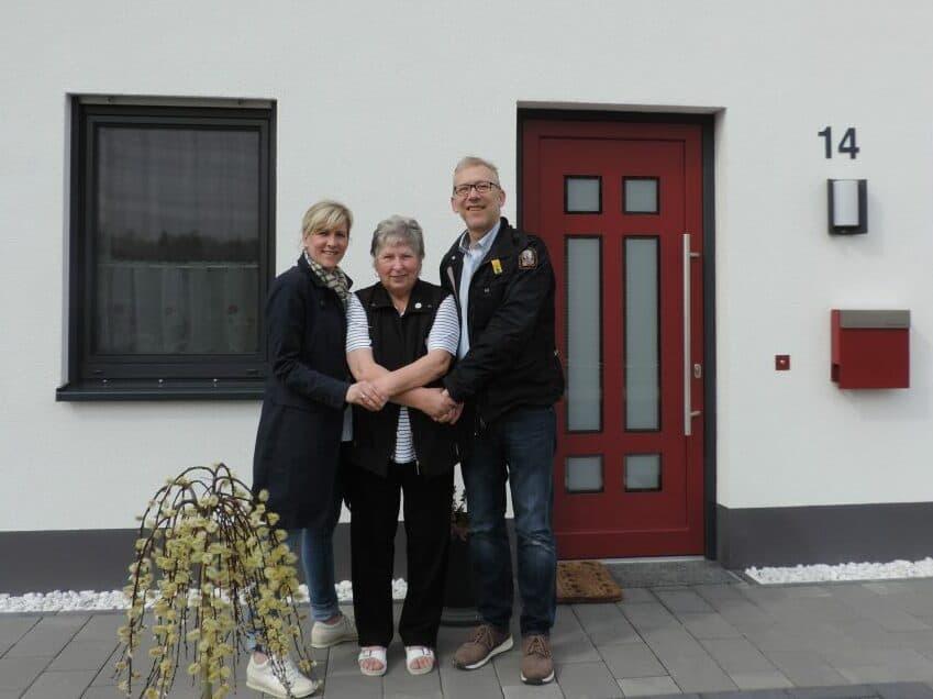Hannelore Mühlbauer-Stripling (Mitte) mit Claudia Falkenstein und Thomas Rowlin vom Bauunternehmen Falkenstein GmbH in Lippstadt. Foto: Redaktion-Lippstadt.de