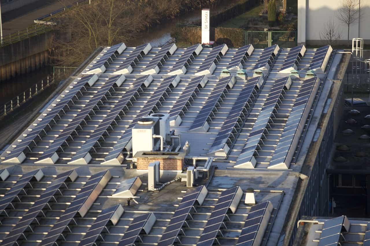 Ein Schritt zu mehr Energieeffizienz: Solar-Panels finden sich mittlerweile auf vielen Firmendächern. Foto: Pixabay
